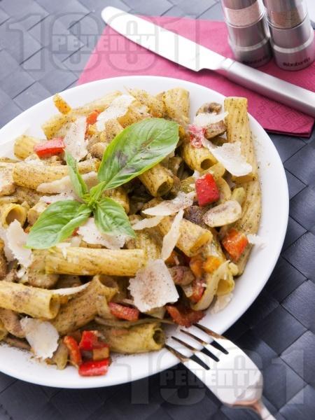 Паста макарони с босилеково песто, гъби и зеленчуци - снимка на рецептата